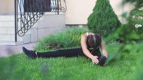 Eignungssportmädchen, das Eignungsübung in der Straße tut stock video