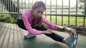 Eignungssportmädchen-Modesportkleidung, die Yogaeignungsübung in der Straße tut Geeignete junge asiatische Frau, die Trainingstra stock footage