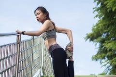 Eignungssportmädchen-Modesportkleidung, die Yogaeignungsübung in der Straße tut Geeignete junge asiatische Frau, die Trainingstra lizenzfreie stockfotos
