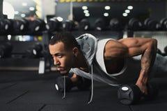 Eignungstraining des jungen Mannes, drücken ups oder Planke lizenzfreies stockfoto