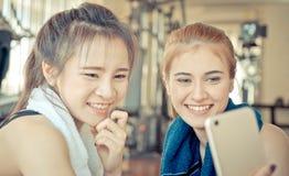 Eignungstrainings-Freundpartner nimmt selfie in der Eignung lizenzfreie stockfotos