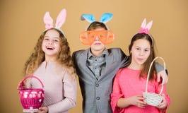 Eijacht Familie en zusterschap De partij van de de lentevakantie Meisjes en jongen met busket Gelukkige Pasen Kinderen binnen royalty-vrije stock afbeeldingen