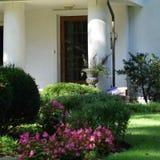Eiken deuren met witte pijlers Stock Foto's