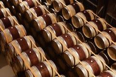 Eiken die wijnvatten in moderne wijnmakerij worden gestapeld Mening van hierboven royalty-vrije stock afbeeldingen
