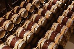 Eiken die wijnvatten in moderne wijnmakerij worden gestapeld Mening van hierboven stock foto