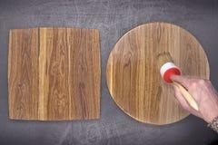 Eiken houtdeklaag met borstel Stock Foto's