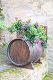 Eiken vat en bloemen Royalty-vrije Stock Foto's
