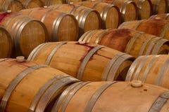 Eiken wijnvatten in een celar wijnmakerij Royalty-vrije Stock Afbeelding