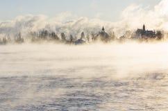 Eiland achter vaporing overzees Royalty-vrije Stock Foto's