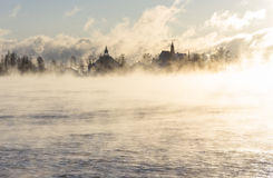 Eiland achter vaporing overzees Royalty-vrije Stock Foto