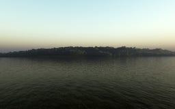 Eiland in de Dageraad vector illustratie