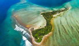 eiland in de Maldiven van hierboven Royalty-vrije Stock Afbeelding