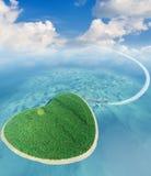 Eiland in de vorm van hart en het vliegende vliegtuig Stock Foto