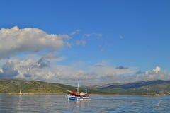 Eiland Drvenik Veli/Kroatië - September 13 2014: Een sightseeingsboot in de kalme wateren van Mediterranian-overzees dichtbij Tro stock foto's