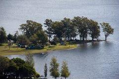Eiland in een reservoir stock fotografie
