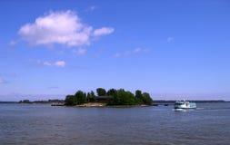 Eiland en schip stock foto's
