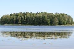 Eiland in het meer royalty-vrije stock afbeeldingen