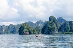 Eiland in het midden van het overzees in Thailand Stock Afbeelding