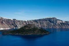 Eiland in het Nationale Park van het Kratermeer Stock Foto's