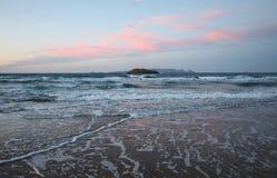 Eiland in het zonsondergangoverzees royalty-vrije stock afbeelding