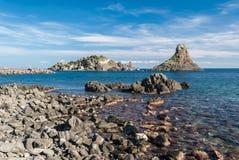 Eiland Lachea en een overzeese stapel, geologische eigenschappen in Acitrezza Sicilië Royalty-vrije Stock Afbeelding