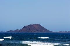 Eiland Lobos Fuerteventura in zonlicht Stock Fotografie