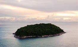 Eiland met het ochtendlicht, Phuket-meningspunt, Thailand Royalty-vrije Stock Afbeelding