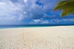 Eiland met mooi wit zand. Royalty-vrije Stock Afbeelding