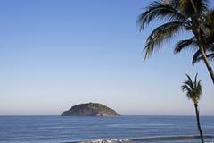 Eiland met palmen royalty-vrije stock afbeeldingen