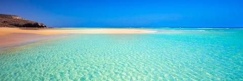 Eiland met zandig strand, groene lagune en duidelijk water, Mal Nobre, Jandia, Fuerteventura, Canarische Eilanden Royalty-vrije Stock Foto's
