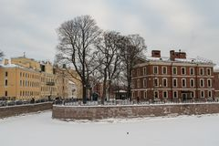 Eiland Nieuw die Holland met rivier Moyka door sneeuw en ijs, St. Petersburg wordt behandeld royalty-vrije stock afbeeldingen