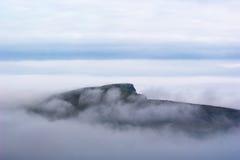 Eiland in overzeese mist royalty-vrije stock fotografie