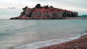 Eiland Sveti Stefan in bewolking stock video