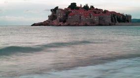 Eiland Sveti Stefan in bewolking stock videobeelden