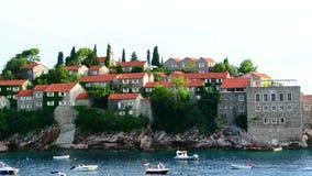 Eiland Sveti Stefan, close-up van het eiland in de middag stock video