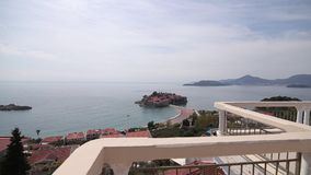Eiland Sveti Stefan, close-up van het eiland in de middag stock footage