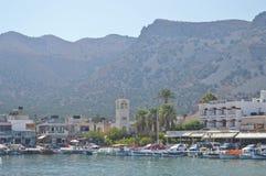 Eiland van baai het nabijgelegen Spinalonga in Griekenland Stock Afbeeldingen