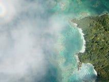 Eiland van de hemel bewolkte mening royalty-vrije stock fotografie