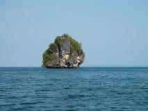 Eiland van de kust van Krabi, Thailand Stock Foto