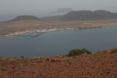 Eiland van het dorp van La Graciosa Caleta DE Sebo en het eilandje van Montaña Clara op de achtergrond van Lanzarote stock foto