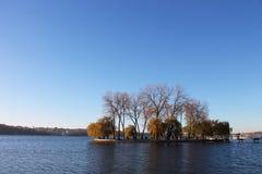 Eiland van het meer in de herfst Stock Afbeelding