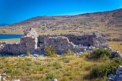 Eiland van oude de steenruïnes van Krk Stock Foto's