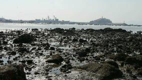 Eiland van QingDao-stad Oorlogsschip in haven, ertsader wordt vastgelegd die stock video