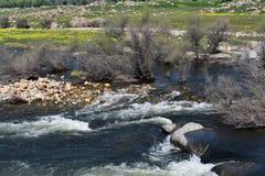 Eiland van rotsen en een rivier stock fotografie