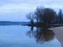 eiland van steen op de Dnieper-Rivier Kremenchuk stock fotografie