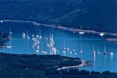 Eiland van veilige zeevaarthaven Ilovik bij schemer Stock Afbeelding