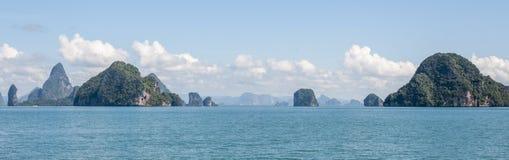 Eilanden in de Baai van Phang Nga Stock Foto