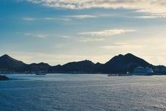 Eilanden die van schip op zee worden gezien stock foto's