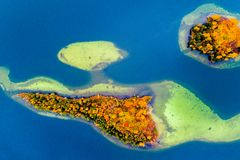 Eilanden op meer in daling, lucht Royalty-vrije Stock Foto's