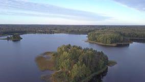 Eilanden op Meer Tiosto Schitterend de herfstlandschap stock video